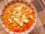 Вкусна грах яхния с пилешко месо, моркови, лук и домати